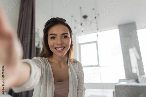 Fotomural Beautiful Girl Taking Selfie Portrait Photo In Bedroom In Morning Happy Smiling
