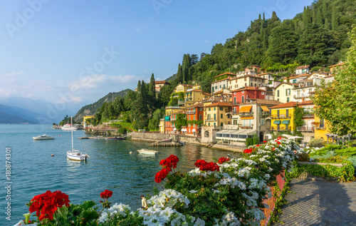 Cadres-photo bureau Lieu d Europe Flowers at Varenna, Lake Como, Italy