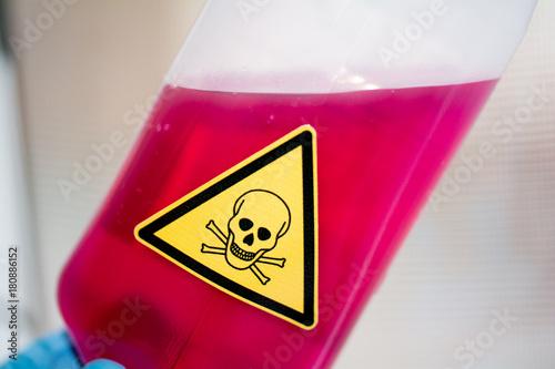 Fotografía  Chemotherapie - rote Infusion mit Gefahrenzeichen giftig