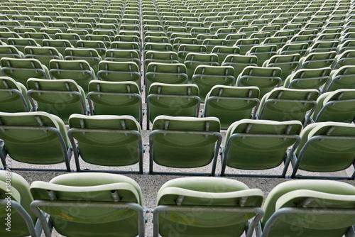 Sitzreihen Gruner Plastikstuhle In Einem Stadion Von Hinten Gesehen