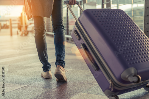 Canvastavla Traveler with suitcase in airport concept