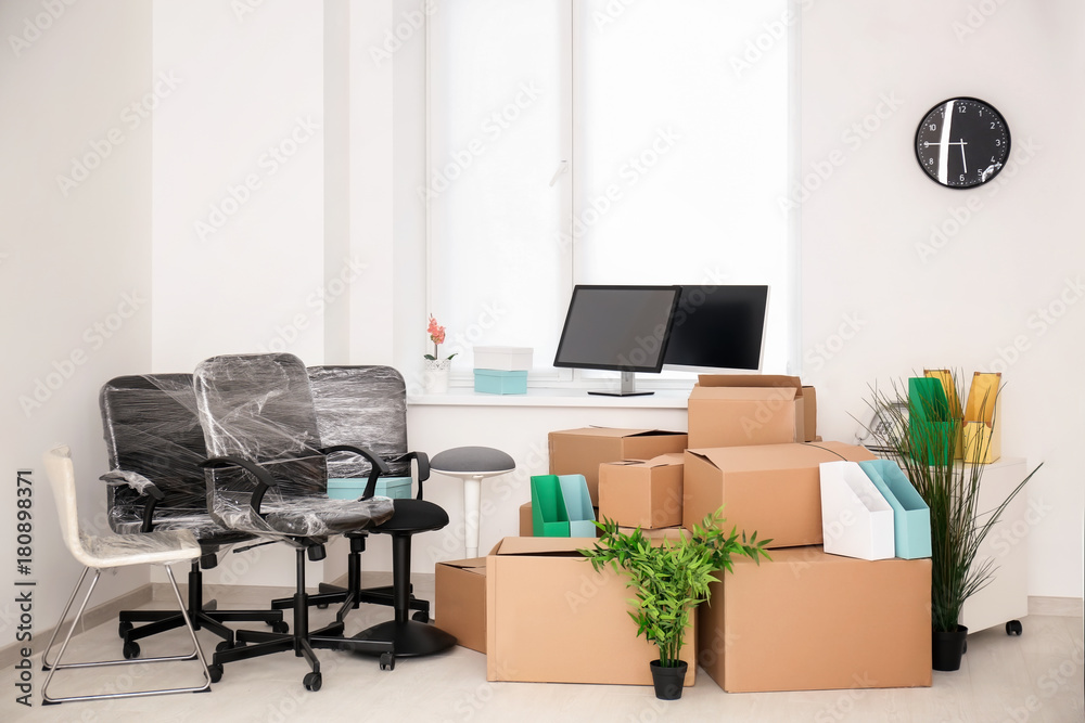 Fototapety, obrazy: Moving boxes and different stuff in new office