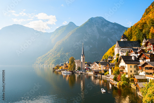Montage in der Fensternische Herbst Beautiful and famous Hallstatt village in Austrian Alps in autumn