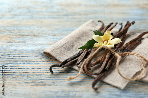 Papiers peints Herbe, epice 2 Dried vanilla pods and flower on wooden background