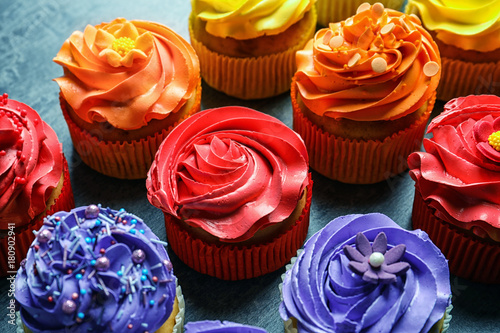 Photo  Tasty colorful cupcakes on table
