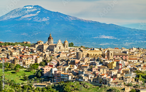 Carta da parati View of Militello in Val di Catania with Mount Etna in the background - Sicily,