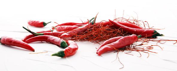 dodatkowe gorące czerwone chili pieprz struny, nici na białym tle.