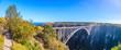 Aufnahme der Bloukrans Bridge im Tsitsikama Nationalpark in Südafrika bei blauem Himmel tagsüber fotografiert im September 2013