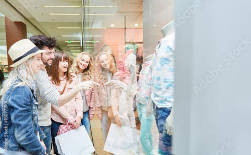 Plakat Grupa nastolatków na zakupy po modzie