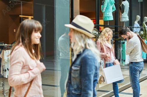 Plakat Młodzi ludzie rozmawiają w centrum handlowym