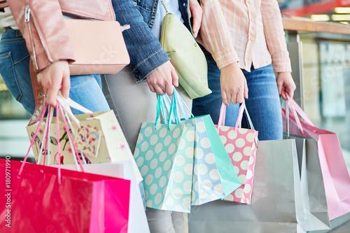 Fotomural  Drei Frauen mit vielen Einkaufstüten