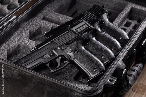 Pinturas sobre lienzo  black handgun in plastic Secure Storage Case