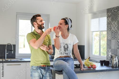 Pärchen in der Küche Fototapete