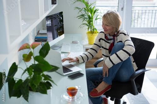 Photo  Beautiful woman using laptop