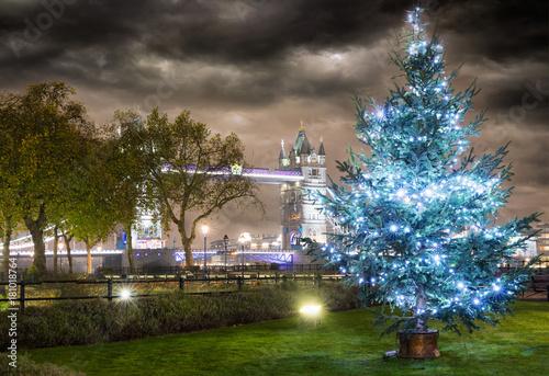 Photo  Die Tower Bridge in London bei Nacht im Winter mit Weihnachtsbaum