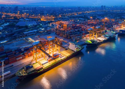 Plakat Kontenery w zatłoczonych portach ze statkami są operacjami załadunku i rozładunku przeładunków w porcie międzynarodowym.