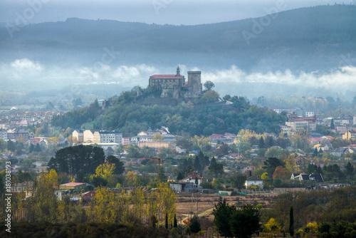 El castillo medieval sobre la villa de Monforte de Lemos, Lugo, Galicia