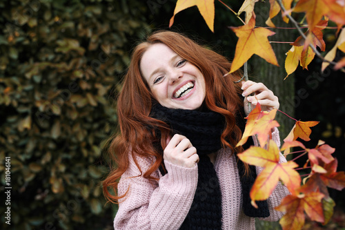 Fotografie, Obraz  Hübsche rothaarige Frau im Herbst lacht