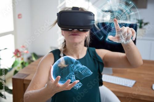 Photo donna esamina un cranio con la realtà virtuale