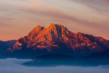 Fototapeta Minimalistyczny Emblematic mountain of Pedraforca with the first lights at dawn