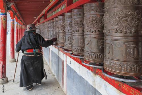 Stampa su Tela Yushu, China - November 3, 2017: Tibetan people spinning the prayer wheels around Mani Temple (Mani Shicheng) a famous landmark in the Tibetan city of Yushu (Jyekundo), Qinghai, China
