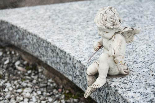 Photo statue d'ange avec violon au cimetière