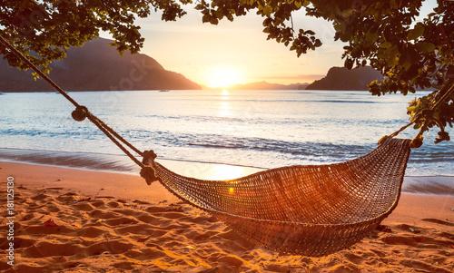 tradycyjny-pleciony-hamak-w-cieniu-przy-zmierzchem-na-tropikalnej-wyspie