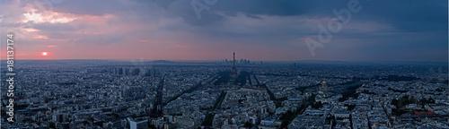 Obraz na płótnie Widok z lotu ptaka przy zmierzchem wieża eifla i losu angeles obrona w tle, Paryż, Francja