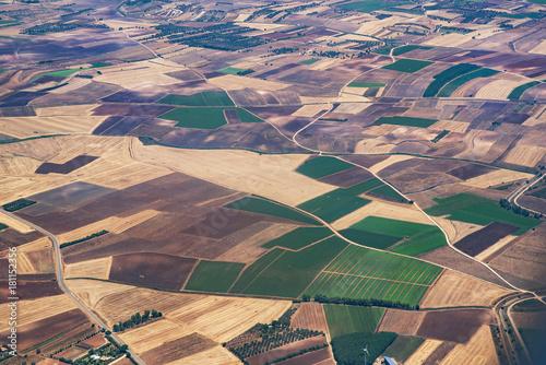 Fotografiet  veduta dall'aereo del paesaggio con isole pianure e monti