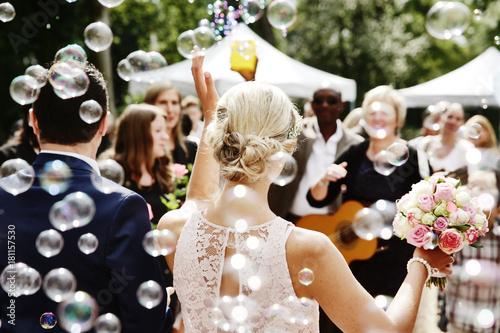 Fotografie, Obraz  Gäste gratulieren Hochzeitspaar, Seifenblasen