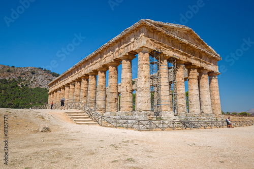 Fototapeta Some tourists visiting ancient Greek temple at Segesta in Sicily, Italy