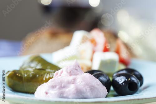 Recess Fitting Appetizer griechisches Taramas und gefüllte Weinblätter mit Salat