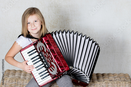 Close up of a professional accordionist focused on playing the accordion Tablou Canvas