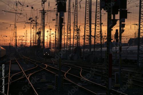 Foto op Canvas Spoorlijn Bahnhof im Sonnenuntergang