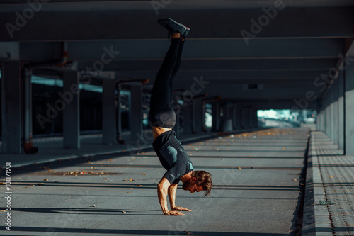 Fotografia  Young man doing hand stand in the urban environment