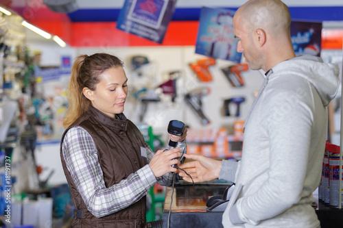 Plakat klient w sklepie z narzędziami