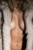 Mujer desnuda con abrigo de piel de zorro.