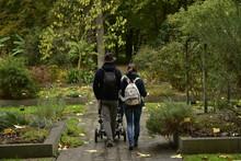 Jeune Couple Avec Enfant Se Promenant Entre Les Parterres De Plantes Au Jardin Botanique National De Belgique à Meise