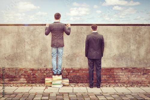 Mann erweitert seinen Horizont mit Bücher Canvas Print