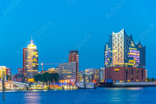 Fotografía  Night view of the port of hamburg with the elbphilharmonie building, Germany