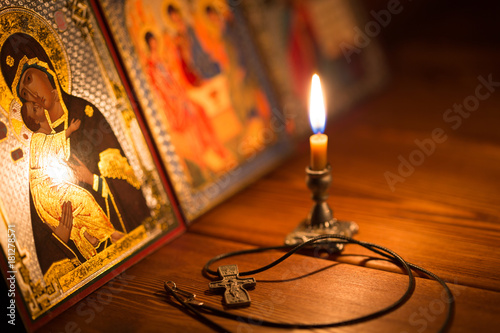 Fotografia burning candle in a dark room, orthodox