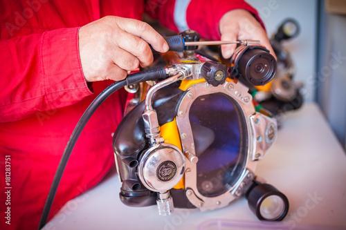 Photo Ajuste del casco de buzo profesional con cámara incorporada y linterna para una