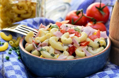 Fotografie, Obraz  Nudelsalat in Keramikschale auf Küchentuch, Foodstyling