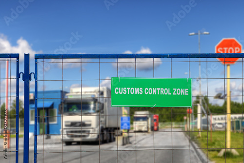 Fotografía  Lorries pass through checkpoint of logistics complex with customs services