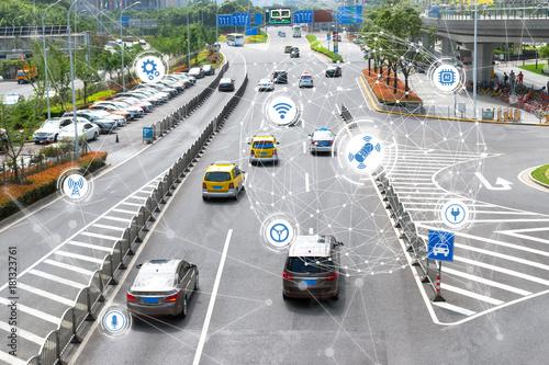 Fotografia  Inteligentny samochód, autonomiczny tryb auta jazdy na drodze miejskiej metra iot koncepcja z czujnikiem graficznym radaru i połączeniem czujnika internetu