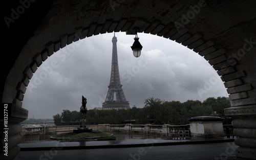 Obraz na dibondzie (fotoboard) Arch of Eiffel Tower, Paryż schwytany z mostu Bir-Hakeim przez Sekwanę