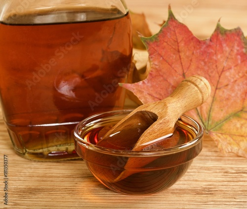 Cuadros en Lienzo maple syrup on wooden background