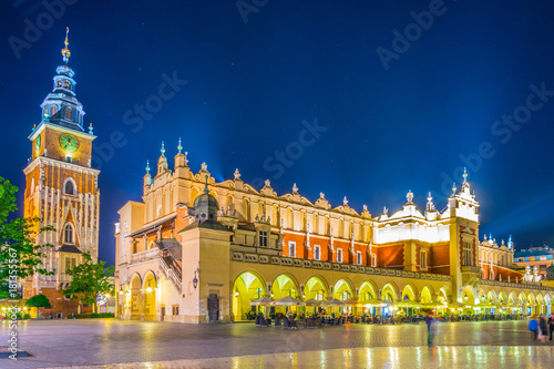 Fototapeta Night view of the rynek glowny main square with the town hall and sukiennice marketplace in the polish city Cracow/Krakow. obraz