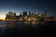 New York Manhatten Skyline aus Brooklyn, Sonnenuntergang mit Lichtern