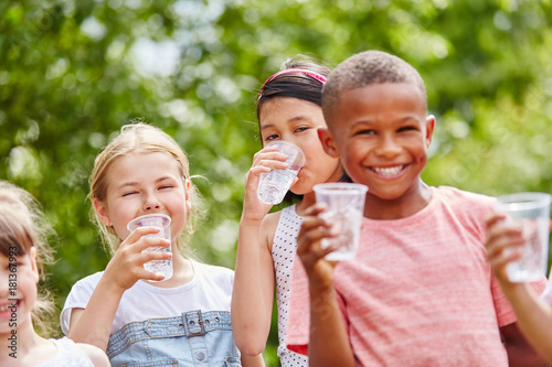 Fototapeta  Kinder mit Plastikbechern trinkt Wasser obraz